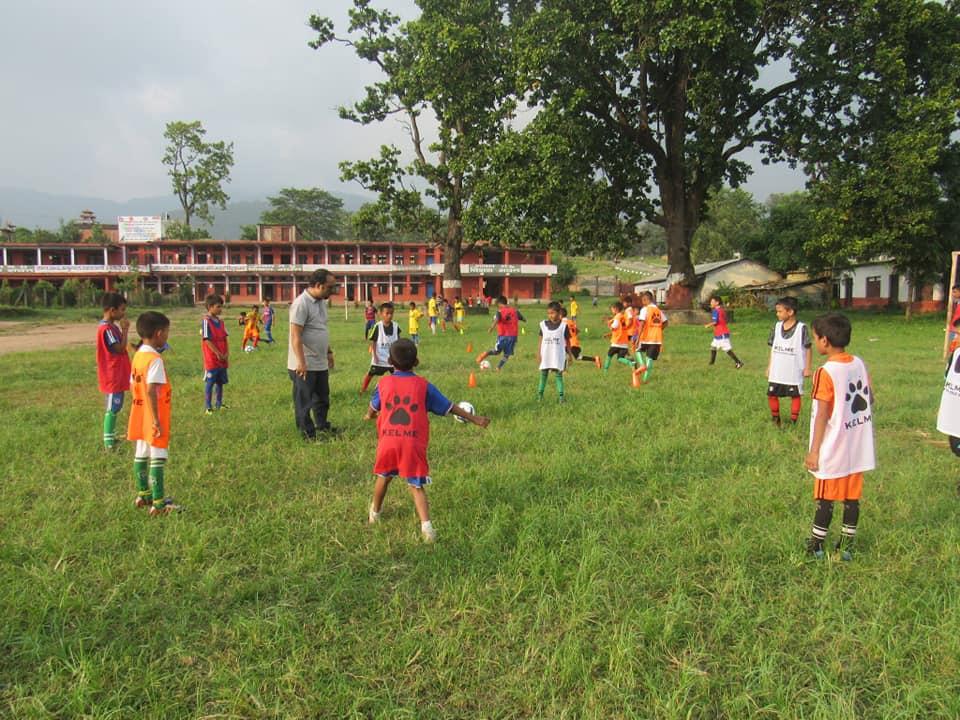 एन्फाले ग्रासरुट फुटबल अन्तर्गत बाल खेलाडीको छनोट गर्दै
